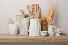 Utensílios e dishware da cozinha imagens de stock