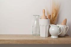 Utensílios e dishware da cozinha foto de stock