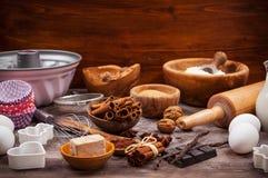 Utensílios e ingredientes do cozimento Fotografia de Stock Royalty Free