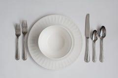 Utensílios e pratos formais do ajuste de lugar do jantar Fotografia de Stock