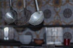 utensílios na cozinha abandonada de uma residencial fotos de stock royalty free