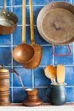Utensílios retros do cobre do estilo, potenciômetro do café, vasilha de barro, colheres de madeira Fundo azul da telha foto de stock