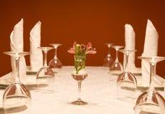 Utensílios - wine-glasses e placas em uma tabela Fotos de Stock Royalty Free