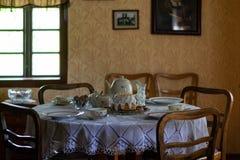 Utens?lios da cozinha no interior da casa de madeira rural tradicional velha foto de stock