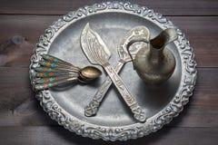 Utensile d'argento d'annata della cucina con gli ornamenti sul vassoio d'argento Fotografia Stock Libera da Diritti