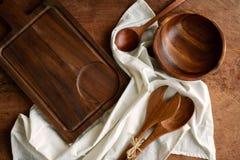 Utensile di legno in cucina su vecchio fondo di legno Fotografie Stock