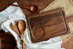 Utensile di legno in cucina su vecchio fondo di legno Fotografie Stock Libere da Diritti