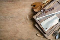 Utensile di legno in cucina su vecchio fondo di legno Immagine Stock