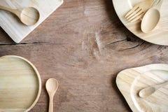 Utensile di legno in cucina su vecchio fondo di legno Immagini Stock