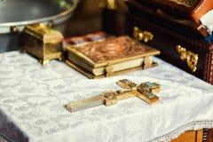 Utensile su un altare, glande, incrocio della chiesa sull'altare della chiesa, Fotografia Stock Libera da Diritti