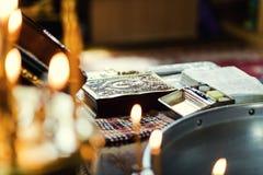 Utensile su un altare, glande, incrocio della chiesa sull'altare della chiesa, Fotografia Stock