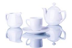 Utensili bianchi del tè su un fondo bianco Immagini Stock Libere da Diritti