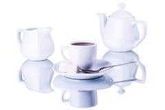 Utensili bianchi del tè su un fondo bianco Immagine Stock
