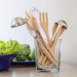 Utensili in bottiglia di vetro sul contatore della cucina Fotografia Stock Libera da Diritti