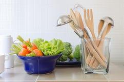 Utensili in bottiglia di vetro sul contatore della cucina Fotografia Stock