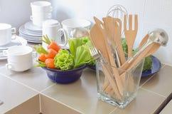Utensili in bottiglia di vetro sul contatore della cucina Immagini Stock Libere da Diritti