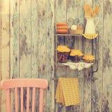 Utensili d'annata della cucina e spezie (cannella, chiodi di garofano, curcuma) dentro Fotografia Stock