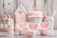 Utensili decorativi svegli grigi e rosa della cucina fotografia stock libera da diritti