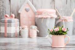 Utensili decorativi svegli grigi e rosa della cucina fotografie stock