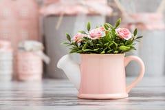Utensili decorativi svegli grigi e rosa della cucina immagini stock libere da diritti