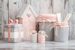 Utensili decorativi svegli grigi e rosa della cucina immagine stock libera da diritti