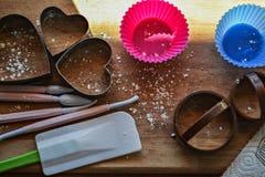 Utensili del forno Corredo di cottura Strumenti della cucina Vista superiore Copi il fondo dell'alimentazione spaziale fotografia stock