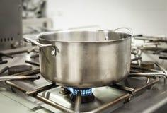 Utensili della cucina che cucinano e concetto di elaborazione dell'alimento su una cucina fotografia stock libera da diritti