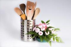 Utensili della cucina con un sorriso e un fiore Immagine Stock Libera da Diritti