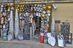 Utensili della famiglia di vendita della via fatti di alluminio e di rame, I Fotografie Stock