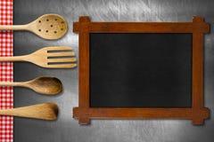 Utensili di legno della cucina e della lavagna Immagini Stock Libere da Diritti