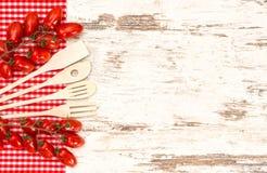 Utensili di legno della cucina e pomodori rossi Fotografia Stock Libera da Diritti
