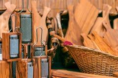 Utensili di legno della cucina Grattugia di legno ed altri strumenti di legno FO fotografie stock libere da diritti
