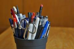 Utensili di scrittura nell'ambiente aziendale con le penne, gli evidenziatori e le penne di palla Fotografie Stock