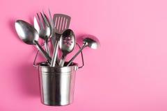 Utensili differenti della cucina del metallo in secchio del metallo Immagini Stock Libere da Diritti
