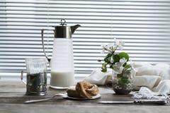 Utensili, fiori della mela e di recente pasticcerie al forno su una tavola di legno annata Immagini Stock Libere da Diritti