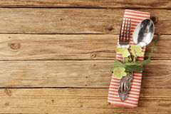 Utensili legati con le foglie sul tovagliolo della Tabella Fotografia Stock Libera da Diritti