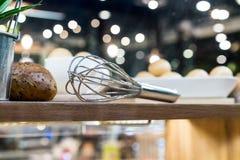 Utensili professionali della cucina sullo scaffale di legno immagini stock libere da diritti