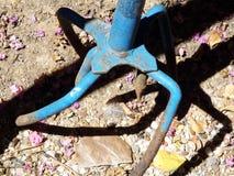 Utensilio de jardinería del tirador de la mala hierba fotografía de archivo libre de regalías