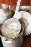Utensilios de aluminio de la cocina imágenes de archivo libres de regalías