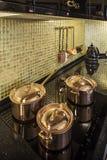 Utensilios de cobre de la cocina Fotos de archivo libres de regalías