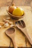 Utensilios de cocinar de la cocina: espátulas de madera, cucharas, tajando el verraco Foto de archivo libre de regalías