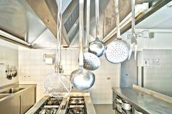 Utensilios de cocinar en una cocina Foto de archivo libre de regalías