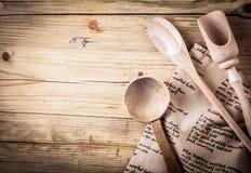 Utensilios de cocinar rústicos con una receta Foto de archivo libre de regalías