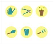 Utensilios de jardinería en un círculo amarillo fotos de archivo libres de regalías
