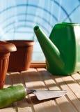 Utensilios de jardinería en un invernadero Foto de archivo libre de regalías