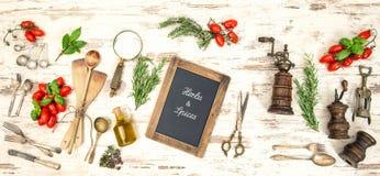 Utensilios de la cocina del vintage con los tomates y las hierbas rojos Imágenes de archivo libres de regalías