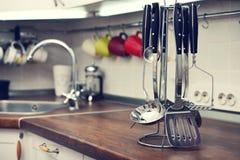 Utensilios de la cocina en el top del trabajo Fotos de archivo libres de regalías