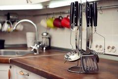 Utensilios de la cocina en el top del trabajo Imágenes de archivo libres de regalías