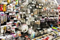 Utensilios de la cocina en estante del supermercado Imágenes de archivo libres de regalías