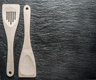 Utensilios de la cocina en un fondo del grafito Fotografía de archivo libre de regalías